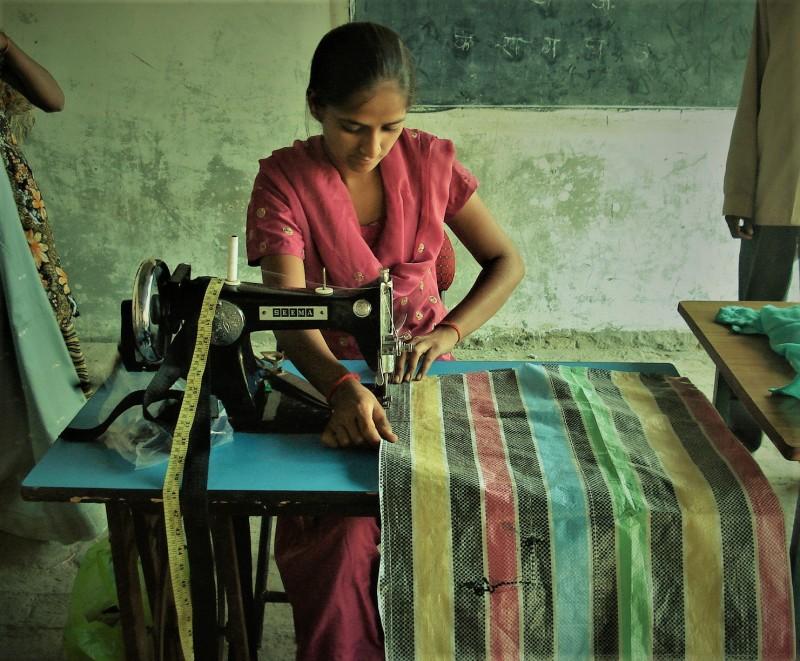 girl_using_sewing_machine_36796